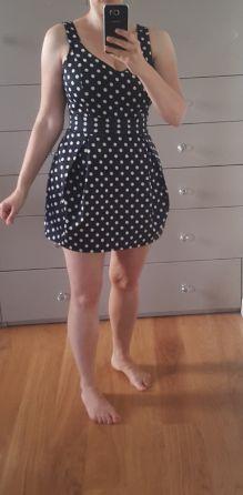 Urocza sukienka w groszki.