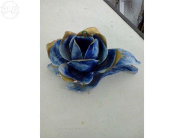 Castiçal em forma de flor, azul e dourado