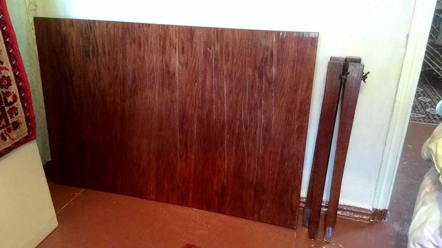 Полированный стол в нормальном состоянии.