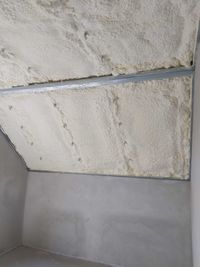 Ocieplanie dachu piana pianka PUR izolacja natryskowa poddasza stropu