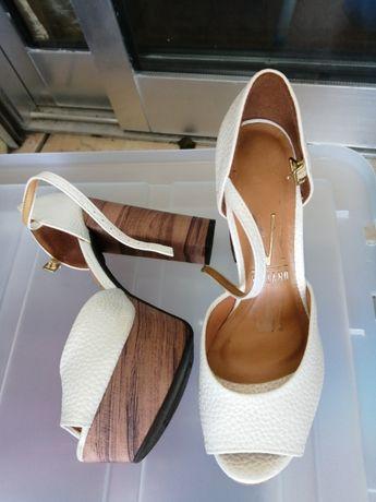 Sapato aberto de fivela em pele