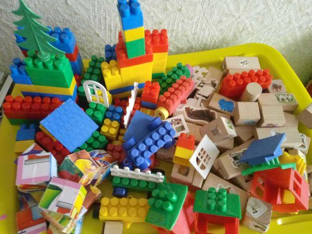 Klocki drewniane, plastikowe i sześcienna układanka