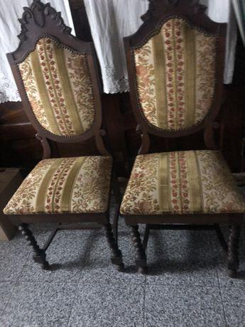 Cadeiras antigas em bom estado
