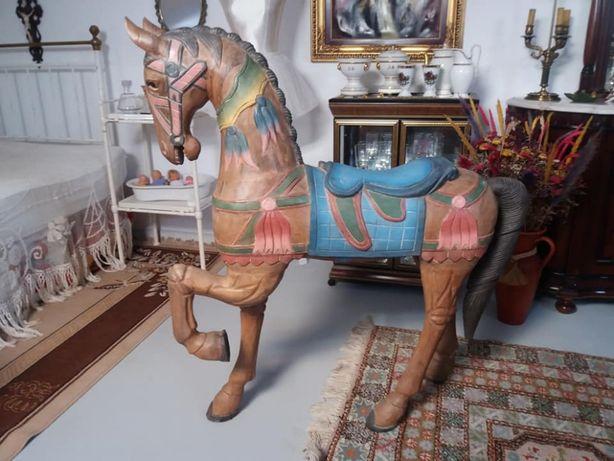 Cavalo em madeira maciça antigo