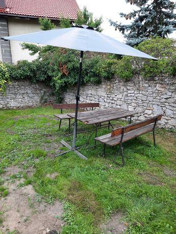 Zestaw ogrodowy, stół 2 ławki i parasol z podstawą