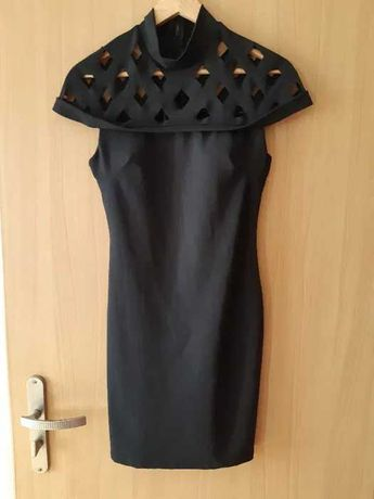 Czarna dopasowana sukienka