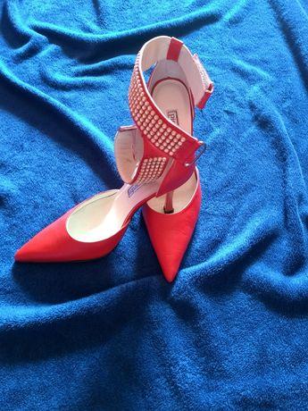 Piękne czerwone szpilki Pierre Cardin 36