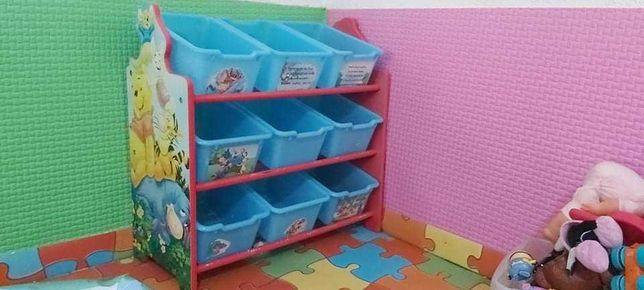 Móvel com caixas para guardar brinquedos