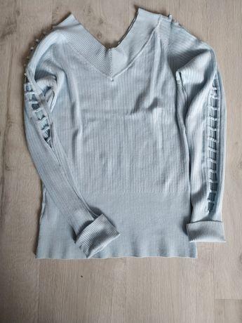 Sweterek jasnoniebieski z ozdobnymi rękawami