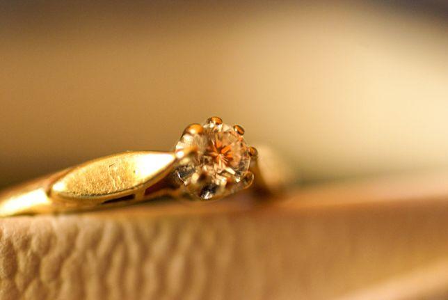 Piękny pierścionek z diamentem