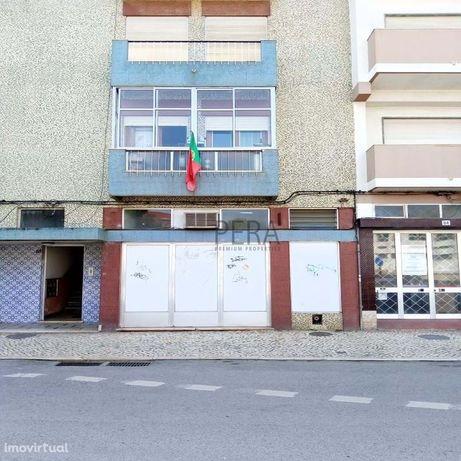 Armazém / Garagem co  132 m2 de área útil situado na zona ribeirinha d