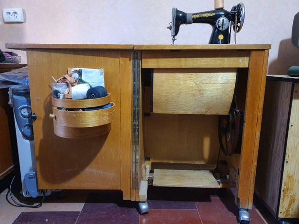 Советская швейная ножная машинка с тумбой на колёсиках