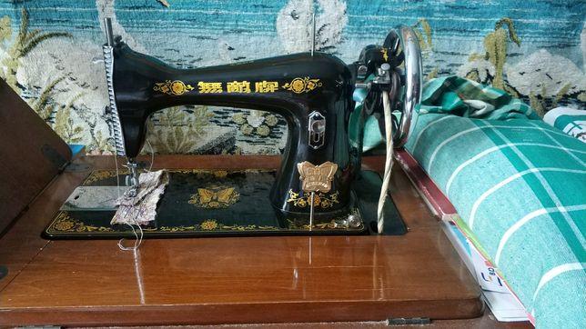 Швейна машинка у робочому стані.