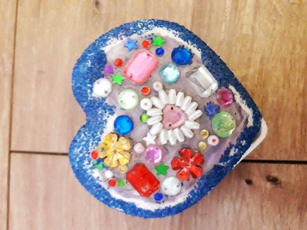 Маленькая из обожженной глины шкатулка ручной работы