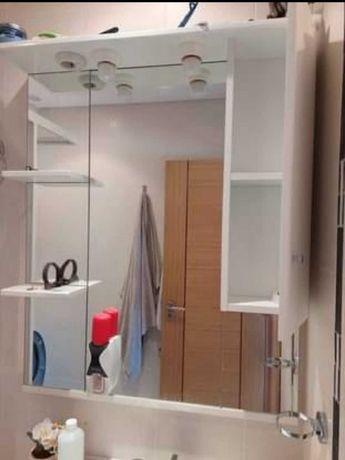 Espelho e móvel de casa-de-banho
