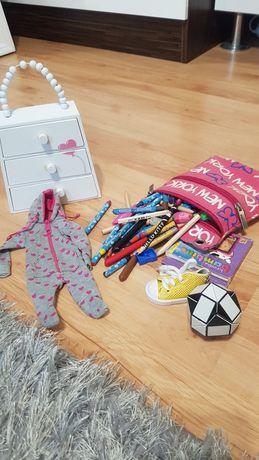 Zestaw kredek i innych przyborów szufladki i zabawki