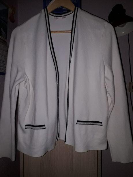 biały żakiet sweterkowy