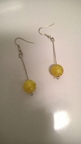 Brincos compridos com bolas amarelas e brilhantes (portes incluídos)