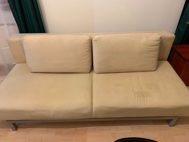 Używana rozkładana sofa z dwoma poduszkami