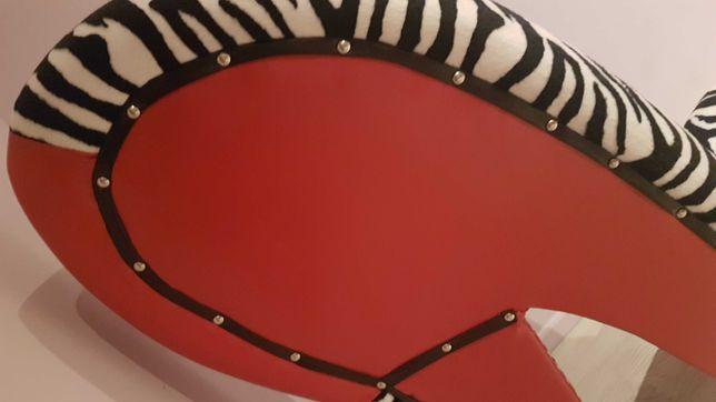 Piekny i stylowy fotel w ksztalcie buta