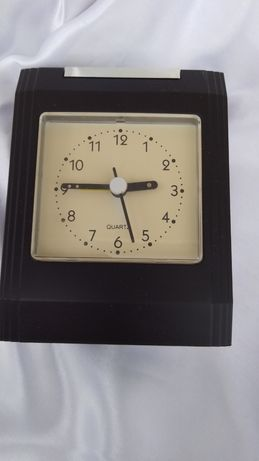 Часы -будильник  кварцевые , настольные