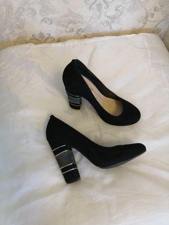 Туфли чёрные, замшевые.