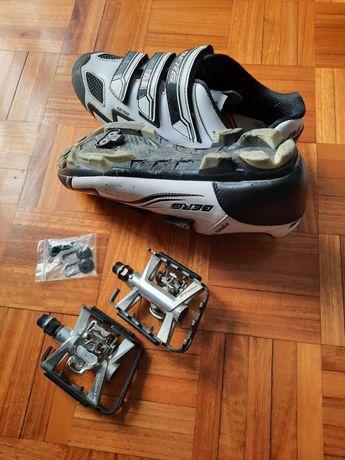Sapatos e pedais encaixe, capacete, sacos rodas, aperto, pneus estrada