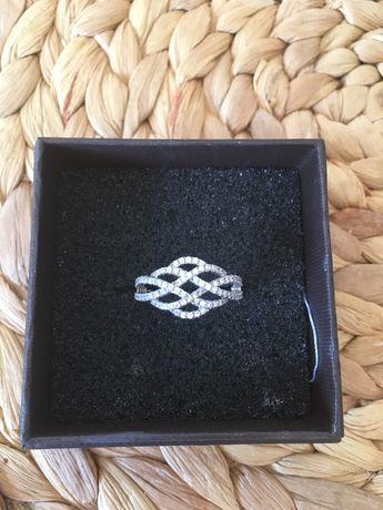 Pierscionek srebrny z cyrkoniami z Apart