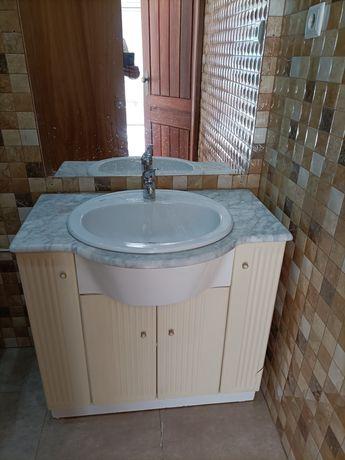 Lavatório e móvel de casa de banho