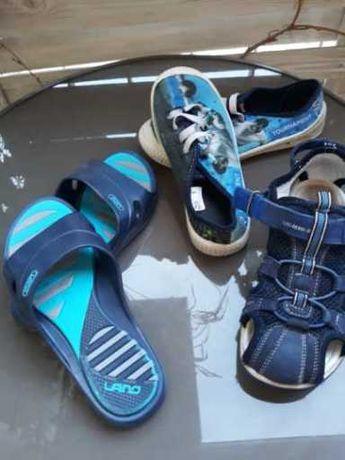 Sandałki z klapkami i tenisówkami i kąpielówkami