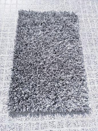 1 carpete grande, 2 tapetes cinza e 1 tapete laranja/castanho