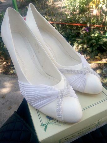 Продам туфли размер 40 белые.были на витрине