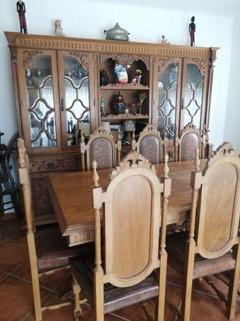 Conjunto de sala com armário, mesa e 8 cadeiras em bom estado