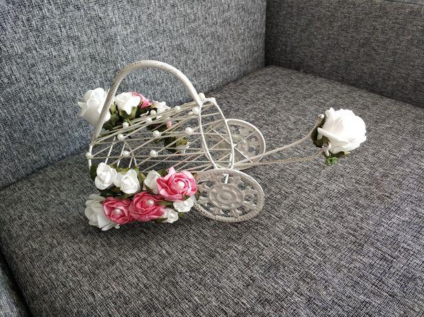 Stojak na wino ozdobny  metalowy biały z kwiatkami wóz