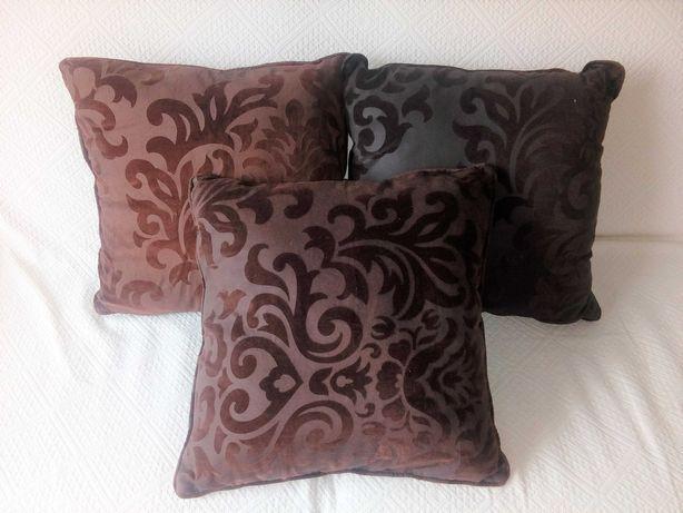 Almofadas castanhas 45 cm x 45 cm