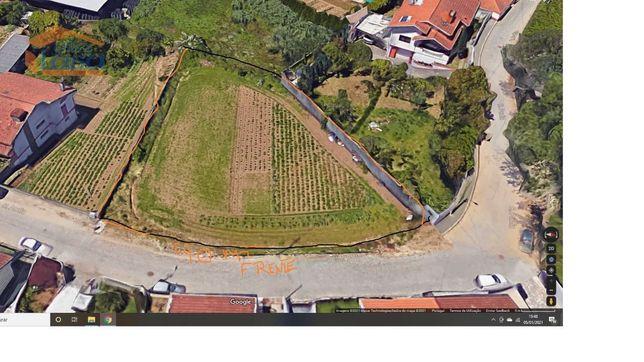 Terreno para Construção de Moradia de 4 frentes com Piscina