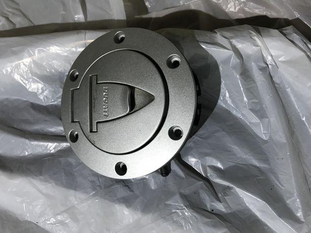Продам новую крышку бака Ducati Diavel
