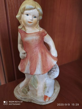 Статуэтка фарфоровая Девочка с гусем