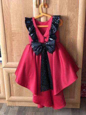 Шикарне плаття зі шлейфом