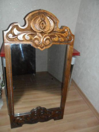 зеркало в деревяной рамке ручной работы