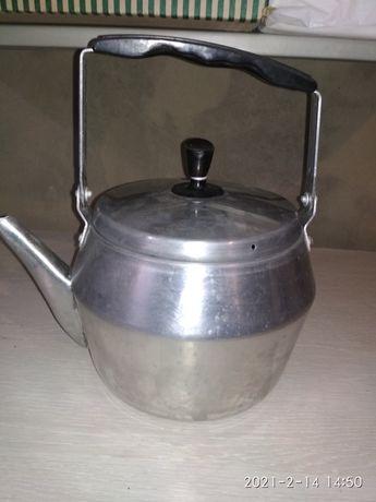 Чайник  , вмещает в себя три литра жидкости.