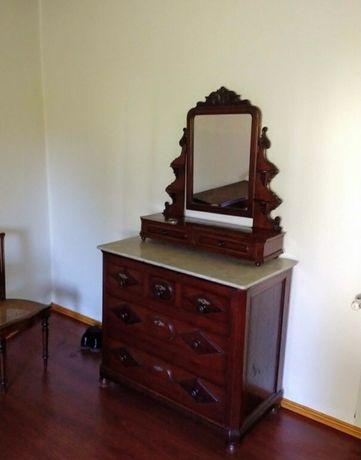 Cómoda antiga em madeira com espelho e tampo em mármore