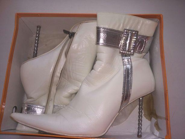 Ботинки белые, осенние.
