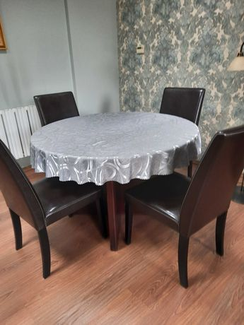 Drewniany okrągły stół z czterema krzesłami