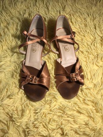 Туфлі для бальних танців