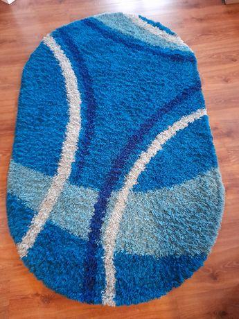 Duży włochaty dywan