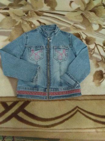 Продам джинсовую курточку на девочку 4-6 лет, б/у, в хорош.состоянии