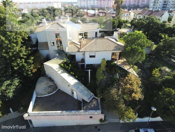 Moradia V10 com terreno, garagem e piscina em Castelo Branco