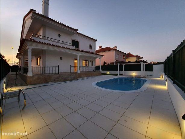 Vende-se Moradia T4 com piscina privativa e jardim na Ata...
