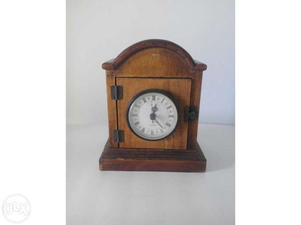 Relógio em caixa madeira
